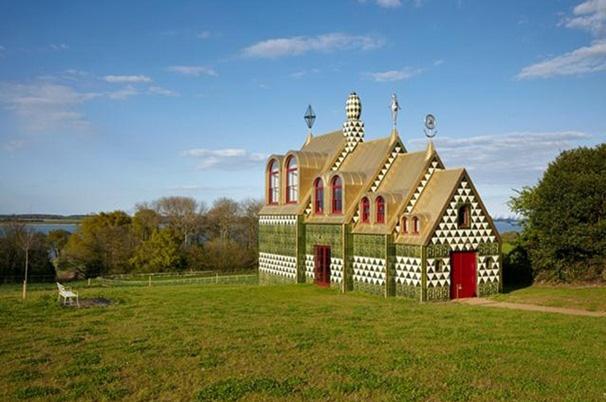 Bizarre Kirche für ein fiktives Leben der Julie Cope - verrückte Ideen zum Einrichten und Wohnen