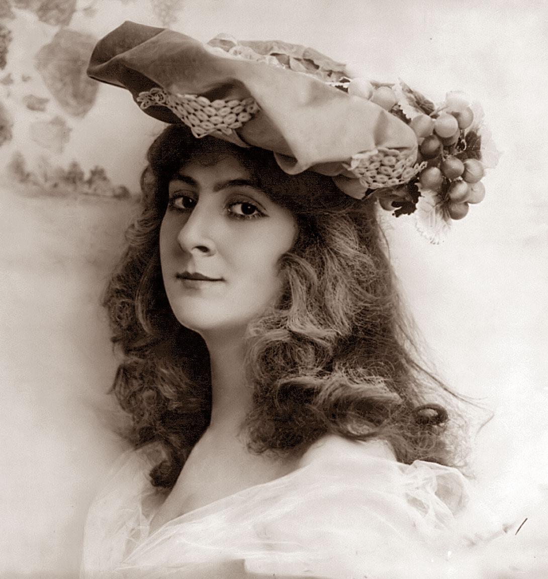 http://2.bp.blogspot.com/-fLi7tUbg67U/ULnkR7ubciI/AAAAAAACDd8/HKZBKH-Vlyk/s1600/lady-hat.jpg