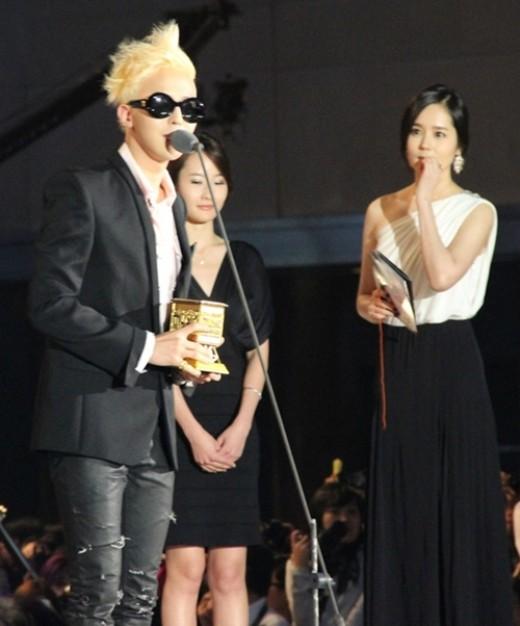 Han Ga In Pandangi G-Dragon