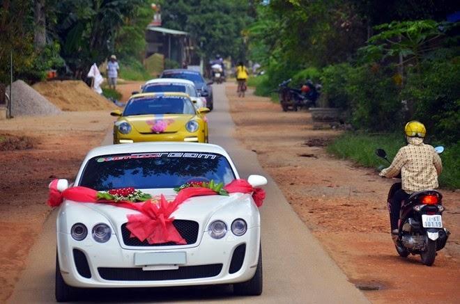 Xe cưới VIP gây náo động làng quê Việt