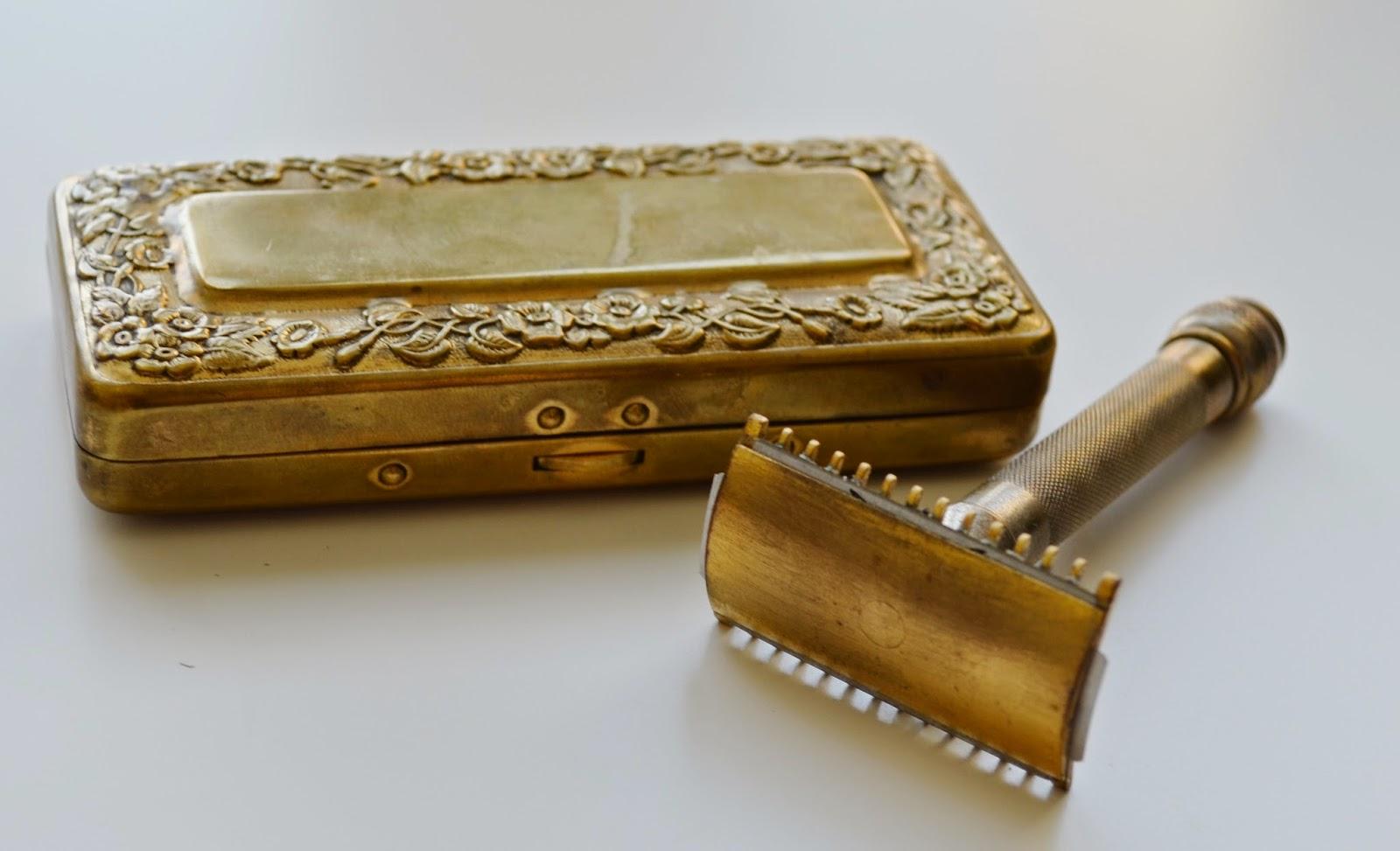 Gillette 1920's vintage travel safety razor, double edge, open comb, assembled front view