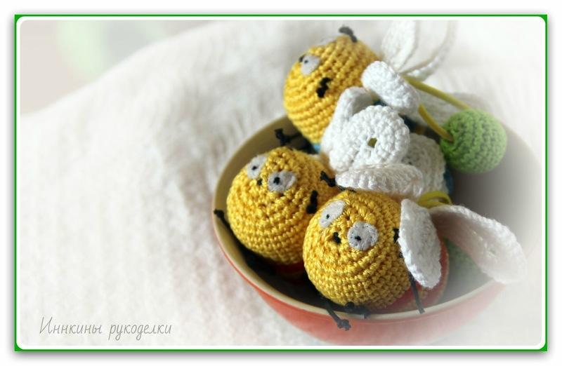 Пчелки выглядывают из пиалы