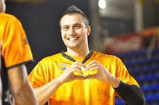 Ivan Paunic haciendo un gesto a la grada