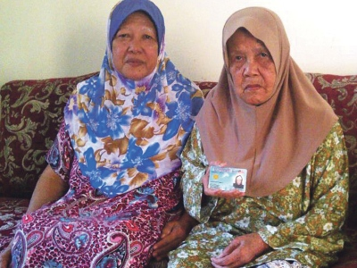 Chumi (kiri) bersama ibunya, Sariah yang masih sihat.