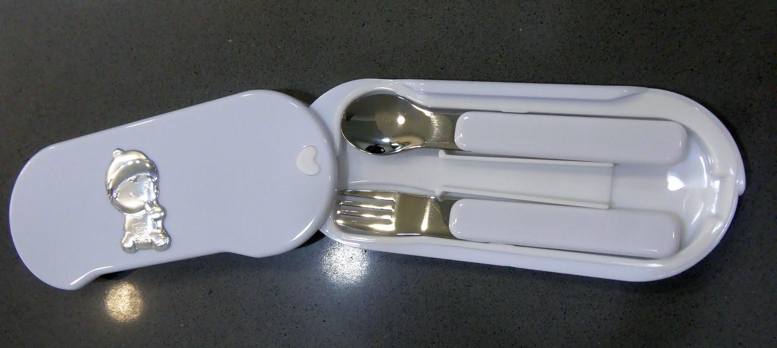 Estuche cuchara y tenedor infantiles, color blanco. El estuche se gira para abrirse.
