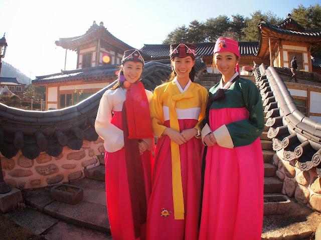 平均身高175公分的Erica(左起)、Zhiny和Fancy穿起传统韩服,戴上古代贵族公主的韩服帽娇艳动人,让在场许多路过游客和当地人都大赞漂亮