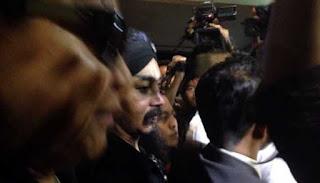 Kemarin Limbad datang memenuhi panggilan pihak Polres Jakarta Utara untuk menjalani pemeriksaan. Dengan di dampingi deretan tim pengacaranya uniknya kedatangan Limbad menjalani Proses pemeriksaan pun di warnai pengawalan ketat sejumlah pria kekar lengkap dengan seragam biru tua dan kaca mata hitam mengawal Limbad