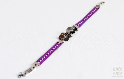 bisuteria,jewelry,handmade,etsy,pulsera,bracelet,disco,plateado,metalico,metal,charm,silver,disc,cinta,ribbon,puntadas,blancas, white,stitches,morado,purple