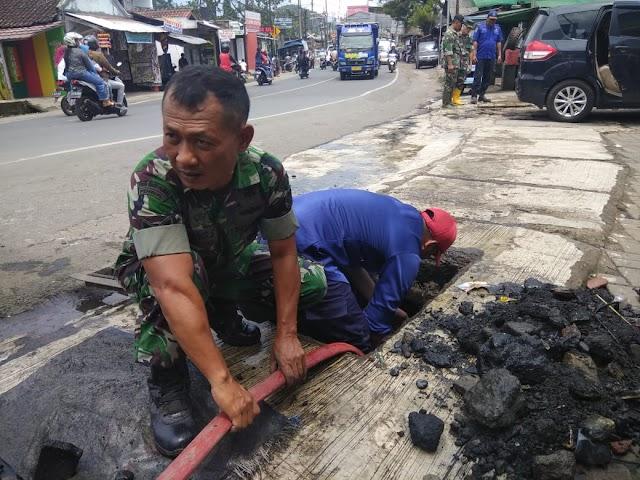 Koramil 0713/Cicurug  Petugas Damkar Turun Ke Got Bersihkan Sampah