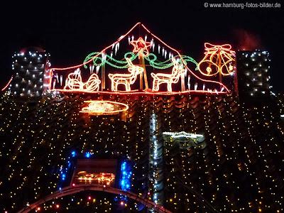 Weihnachtsdekoration auf dem Dach