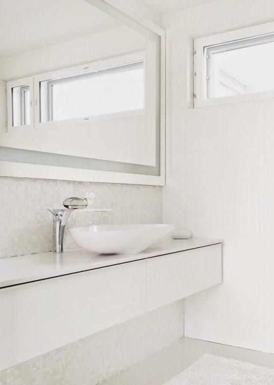 este bao de color blanco con azulejos pequeos del mismo color es minimalista y sencillo inspirador y muy limpio