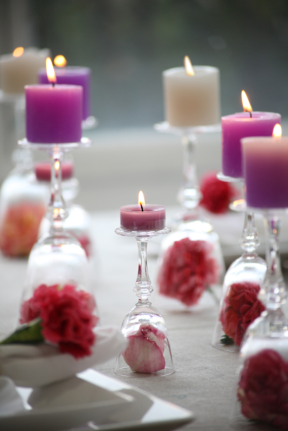 Decoraci n f cil decorar la mesa con claveles y velas - Copas decoradas con velas ...