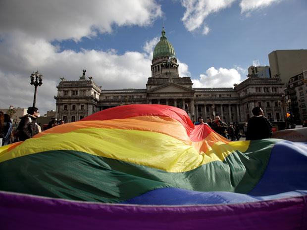 Ativistas LGBTs se reúnem em frente ao Congresso argentino antes da votação que aprovou o casamento entre pessoas do mesmo sexo em 2010 (Foto: AP)