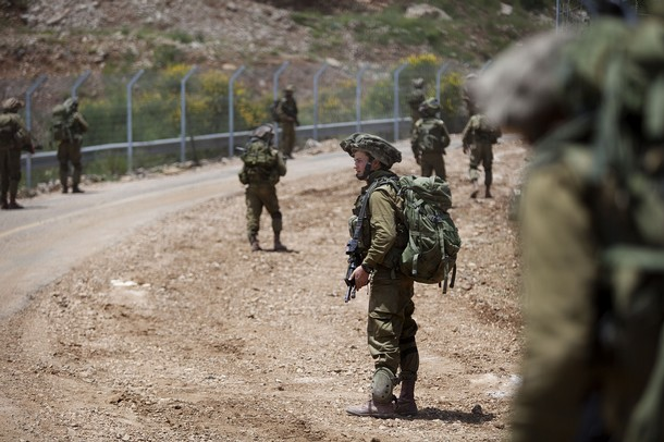 israël Israeli+soldiers+patrol+along+the+border+fence+between+the+Israeli-annexed+Golan+Heights+and+Syria+next+to+the+Druze+village+of+Majdal+Shams+%25288%2529
