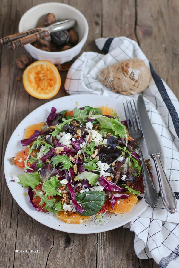 Wintersalat mit Orange, Rotkohl, Walnüssen und Feta