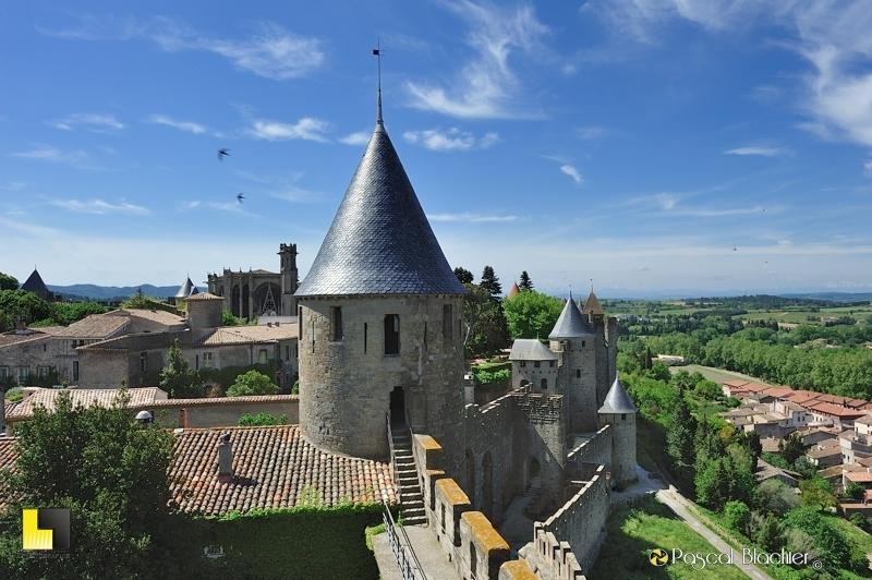 Vue sur les remparts de Carcassonne et la tour de la justice à partie du chemin de ronde du Château comtal photo pascal blachier