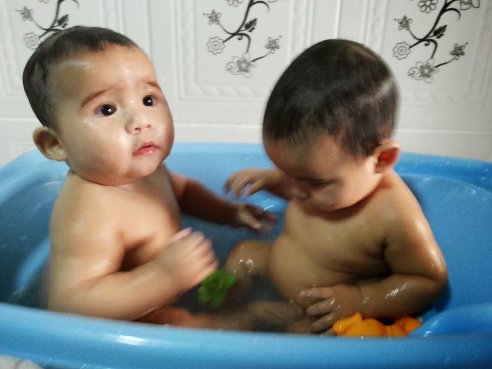 Os Gêmeos Davi e Daniel no banho