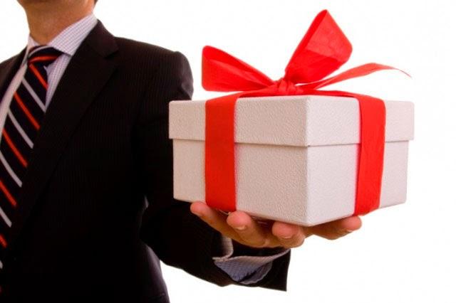 О чем говорят подарки, что презентовать коллегам на 23 февраля и 8 марта, какие подарки следует преподнести сослуживцам