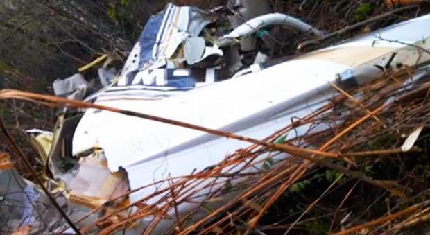 Acidente deixou bimotor destruído  (Foto: Reprodução/TV Bahia)