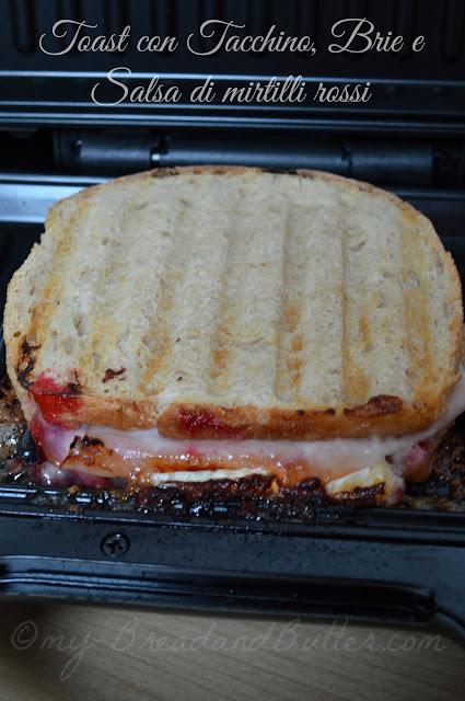 Toast con tacchino, brie e salsa di mirtilli rossi