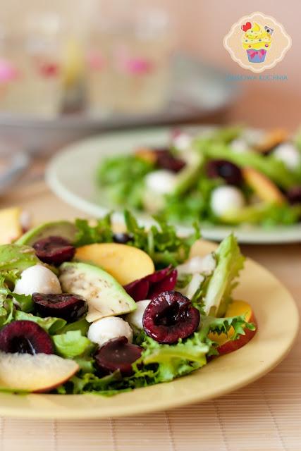 sałatka z czereśniami, sałatka z czereśniami i nektarynką, sałatka z czereśniami i mozzarellą, przepis na sałatkę z owocami, sałatka z czereśniami przepis, sos balsamiczny