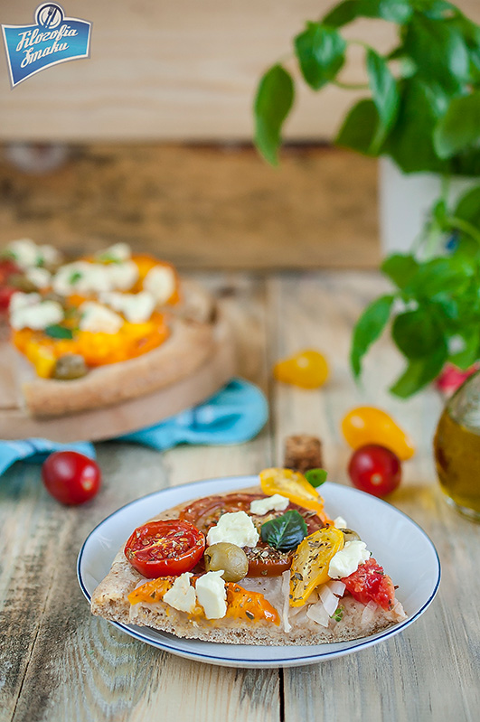 Pizza z pomidorami i fetą