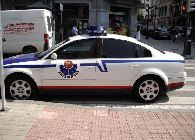 coche-ertzaintza-en-paso-de-cebra-640x64