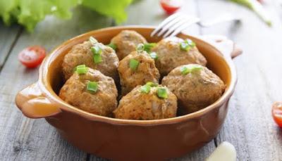 Albóndigas de carne y berenjena con salsa de yogur, receta paso a paso