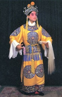 Ropa que caracterizaba a un eunuco en la opera de Pekín