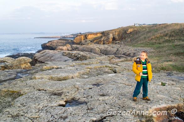 Karadeniz kıyısında eşsiz güzellikte kayalar ve poz veren tatlı oğlum, Kefken Kandıra Kocaeli