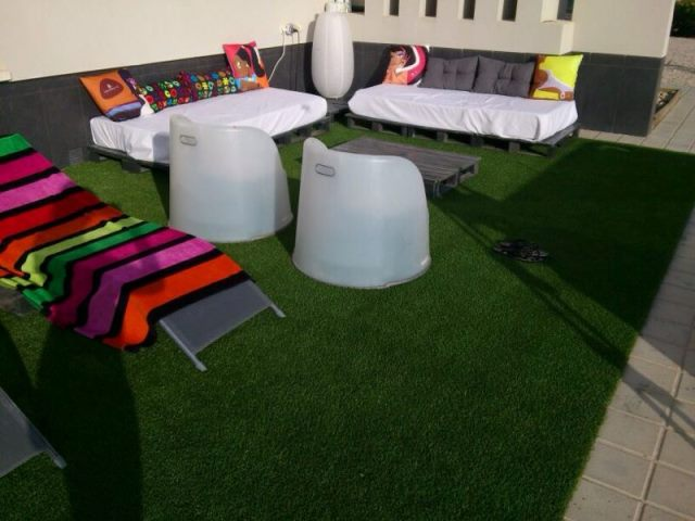 Rinc n chill out con palets cojines y cesped artificial - Cesped artificial para terrazas ...