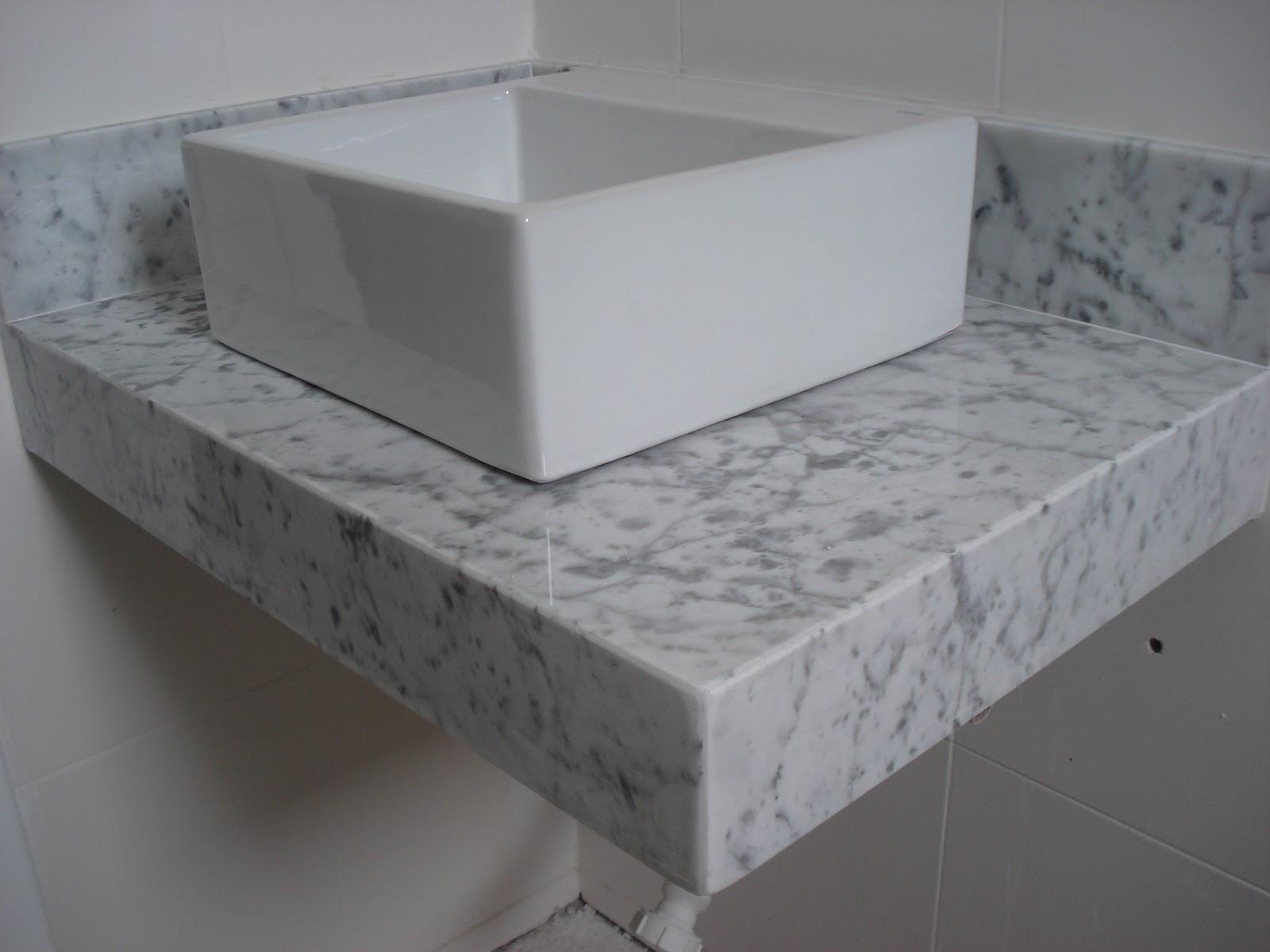 Lavatório no Mármore Carrara Acabamento em 45º. #5F646C 1600x1200 Banheiro Cinza Claro