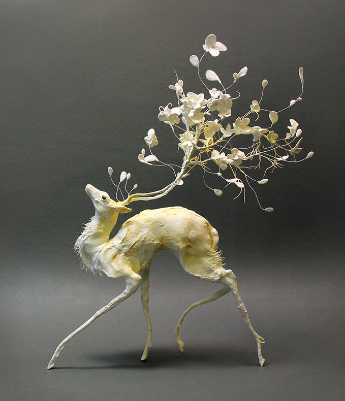 Esculturas surrealistas de Ellen Jewett combinan los vegetal y la vida animal