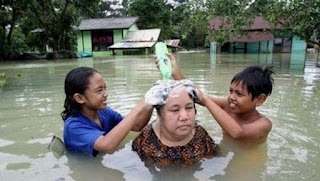 zonahitamdunia.blogspot.com - Kumpulan Foto Unik Saat Banjir6