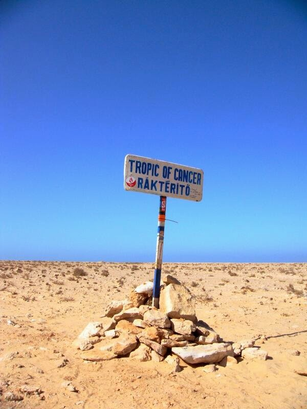 Signpost marking Tropic of Cancer rakterito in Western Sahara