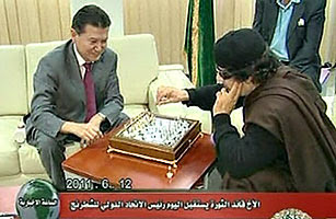 Moammar Gaddafi plays chess with Kirsan Ilyumzhinov
