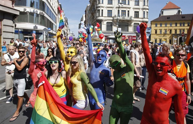 Milhares de pessoas participam de parada do orgulho LGBT na República Tcheca, neste sábado (18). Manifestantes realizam ato pelo centro de Praga com o objetivo de reivindicar os direitos de lésbicas, gays, bissexuais, travestis e transexuais (Foto: David W Cerny/REUTERS)