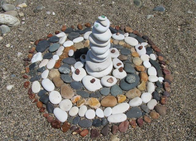 Поделки из камней на галечном пляже