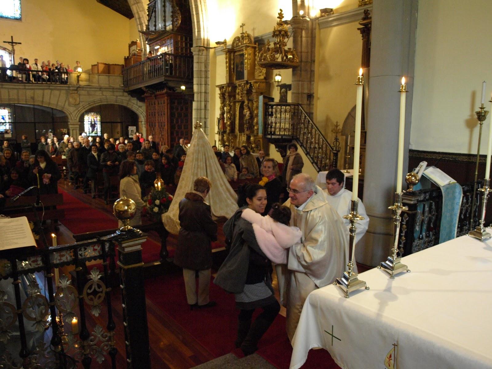 La parroquia de Santa María acoge la presentación de los niños nacidos el año pasado en la Parroquia