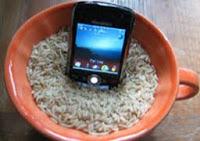 menyelamatkan handphone yang terendam air