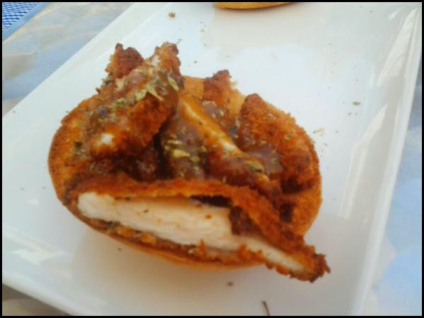 Tiras de pollo crujiente con salsa boletus sobre mollete en Jamboteca  (Ruta de la Tapa Moratalaz)