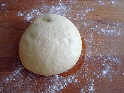 Torta Angelica salata: stendere l'impasto con il mattarello