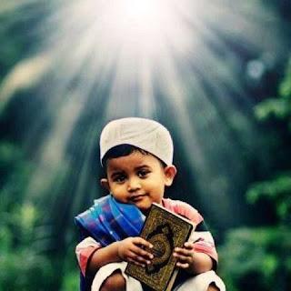 Foto Anak Muslim Pegang Alqur'an