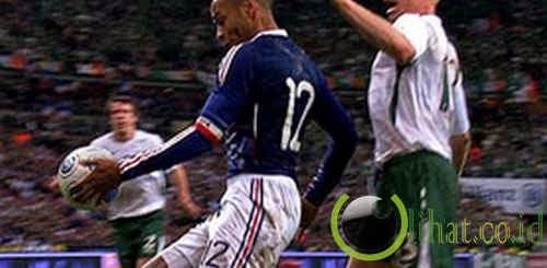 Tangan Thierry Henry (Prancis)