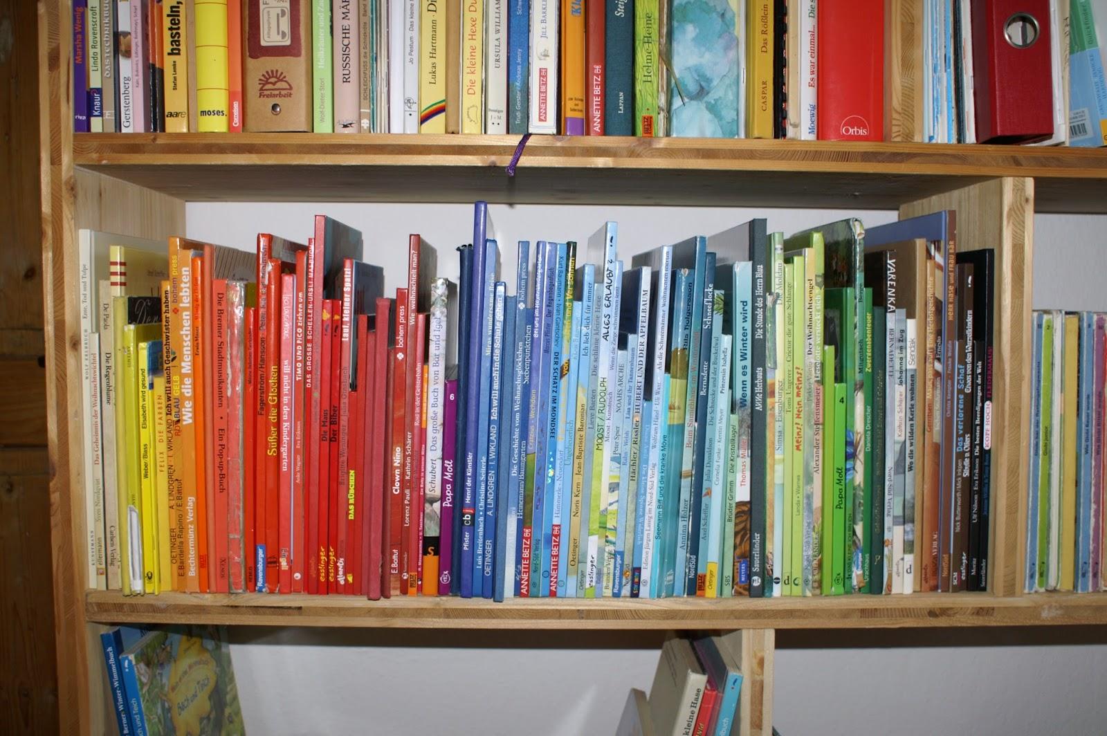 Bücherregal gezeichnet  Märlimuus: Regenbogen - Regal