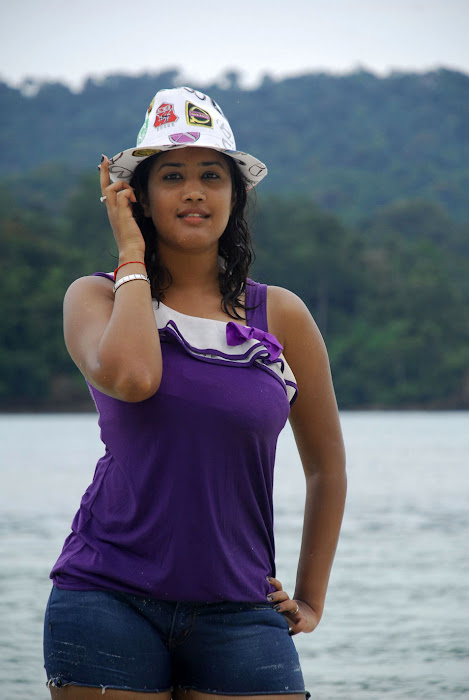 sowmya spicy from mugguru movie, sowmya exposing unseen pics