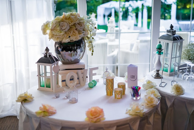 Pastelowe dekoracje na stołach weselnych.