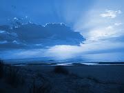 Cuando el sol acaricia el horizonte de tu cuerpo y la brisa se esconde (playa azul )