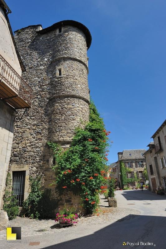 la tour de l'hotel renaissance de sainte eulalie d'olt photo pascal blachier