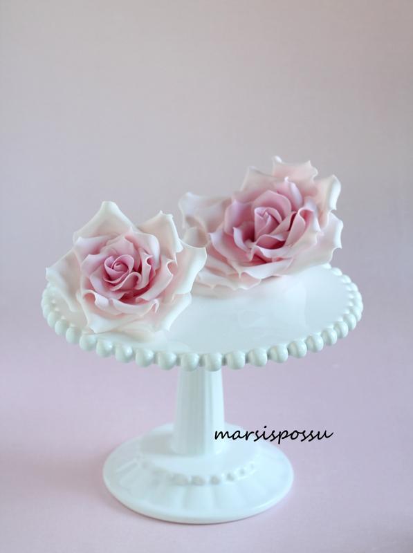 vaaleanpunaisia sokerimassaruusuja